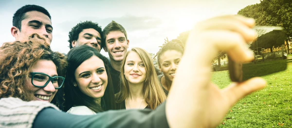 Schüler/innen machen ein Gruppenfoto